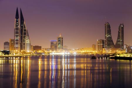 Moderne architectuur van Manama bij nacht. Manamah, Bahrein.