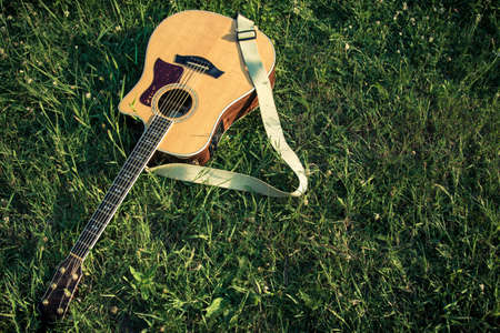 Akoestische gitaar in het gras Stockfoto