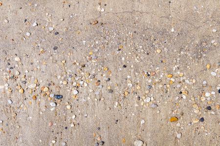 サンディ ビーチおよび背景のための石