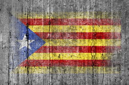 Bandera de la Independencia de Cataluña pintada sobre fondo textura gris hormigón Foto de archivo - 75612255