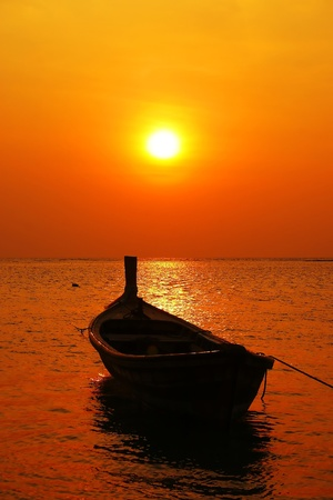 bateau de peche: longtail bateau au coucher du soleil