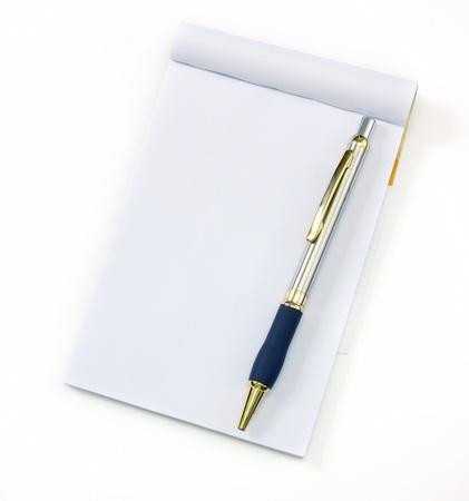 reciclar caderno e caneta sobre um fundo branco