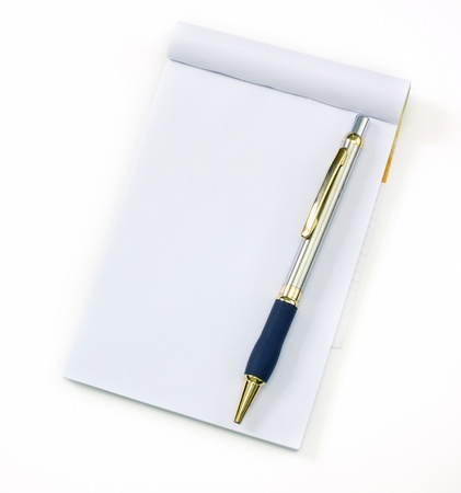lapiceros: reciclar cuaderno y una pluma sobre un fondo blanco