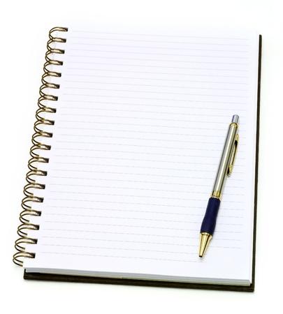 note book: Quaderno aperto con penna, isolato su bianco