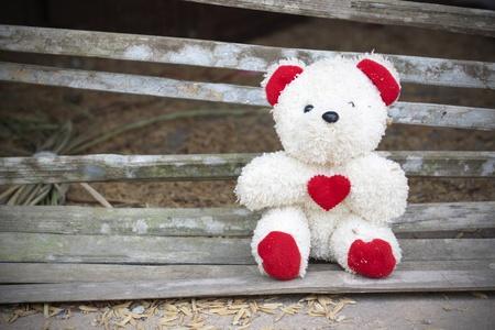 vintage teddy bears: orsacchiotto con cuore rosso Archivio Fotografico