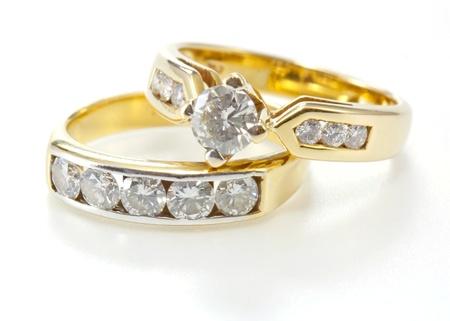 ring engagement: Dos estilos de anillo de oro con diamantes aislados sobre fondo blanco Foto de archivo