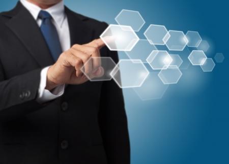 ビジネスの男性六角形のタッチ画面をボタンします。
