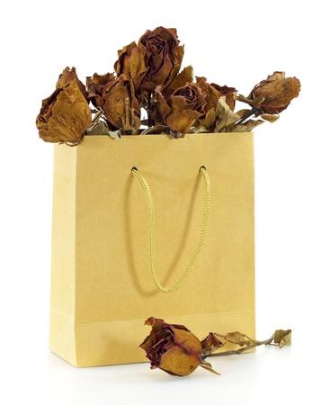 dode bladeren: gedroogde rozen in een papieren zak Stockfoto