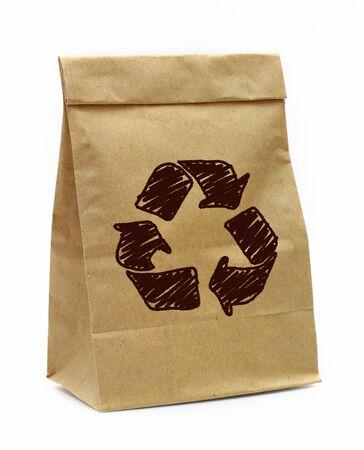 saco de papel marrom com recicl o sinal sobre o fundo branco