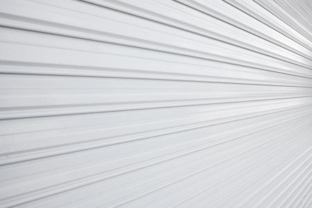 照らされた金属ローラー シャッター ドア 写真素材