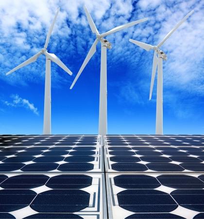 태양 전지 패널과 흐린 푸른 하늘 아래 바람 터빈