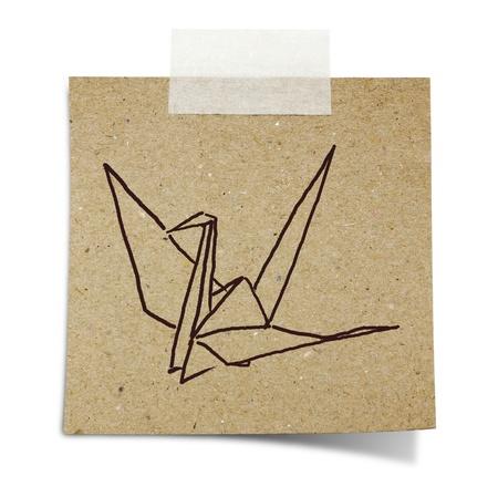 uccello origami: mano disegnare origami uccello sulla nota di nastro adesivo di carta di riciclo