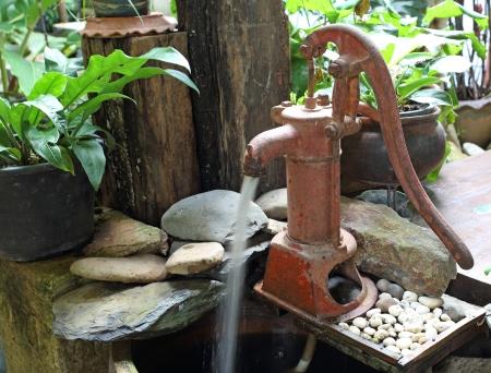 bomba de agua: Bomba de agua manual - bomba de agua vieja del estilo retro Foto de archivo