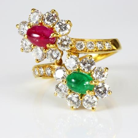 흰색 배경에 황금 다이아몬드 반지와 보석