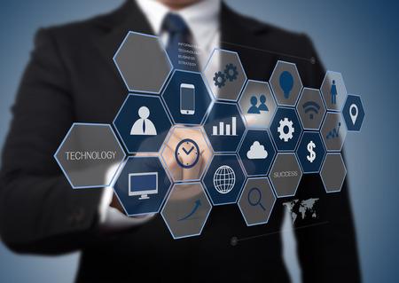 비즈니스 사람 (남자) 정보 기술 개념으로 현대 컴퓨터 인터페이스 작업 스톡 콘텐츠