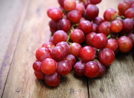 uvas: Las uvas en una mesa de madera Foto de archivo