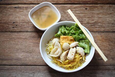chinesisch essen: Nudelsuppe mit Fisch Balls auf Holz Tisch Lizenzfreie Bilder