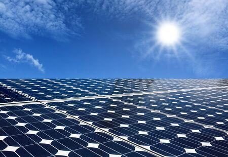 paneles solares: Los paneles solares producen energía del sol con el cielo azul Foto de archivo