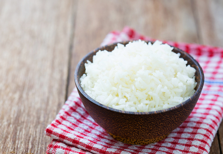 Jasmine rice in a rice bowl on wood table Standard-Bild