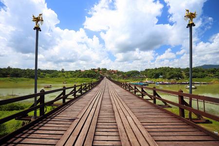 derrumbe: La vieja madera Puente Puente Puente colapso otro lado del r�o (puente lunes) en Sangklaburi Tailandia