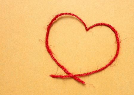 sznurka i brązowy papier pakuneczek czerwony łuk napis na brązowym papierze do pakowania