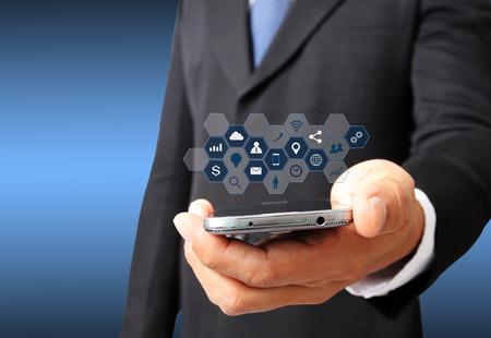 Hombre de negocios tienen teléfono inteligente con el icono de los medios sociales Foto de archivo