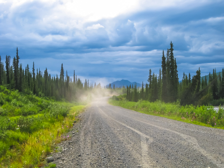 reiste: Eindrucksvolle Landschaft im Sommer des Denali Highway, der ersten Stra�e Zugang zum Denali National Park. Jetzt ist es eine wilde und abgelegene Schotterstra�e von sehr wenigen 4X4 Auto gereist. Alaska, USA. Lizenzfreie Bilder