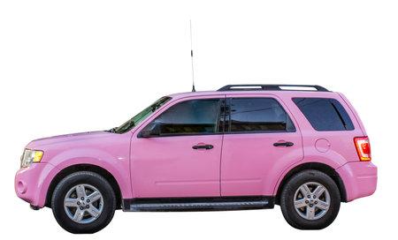 Roze SUV die op witte achtergrond wordt geïsoleerd. Zijaanzicht.