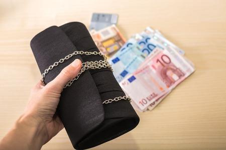 compras compulsivas: La mujer está consiguiendo un montón de dinero para compras de Navidad. Foto de archivo