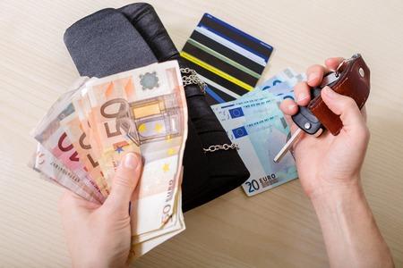 compras compulsivas: La mujer se est� calentando de Ventas de Navidad con dinero, tarjetas y la llave del coche listo para ir. Foto de archivo