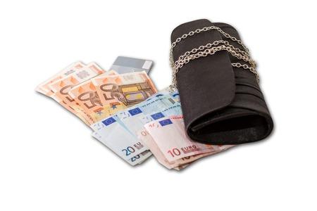 compras compulsivas: La mujer está consiguiendo un montón de dinero para la cesta de Navidad. Blanco, aislado. Foto de archivo