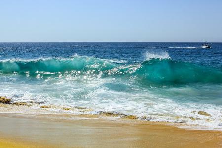 カボ San Lucas, バハカリフォルニアスル, メキシコでの離婚の有名なビーチの高海の波。強力な電流は、これらの海域で危険な水泳を作る。 写真素材
