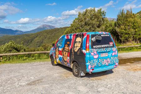 airbrushing: Sydney, Australia - 9 de enero de 2015: Van Hippie con Nasty Chicos aerograf�a hecho a mano. Campistas t�picos de compa��a australiana: Wickedcampers. Editorial