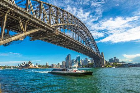시드니, 호주 - 2014 년 12 월 29 일 : 시드니 오페라 하우스와 하버 브리지와 도시의 스카이 라인과 보트