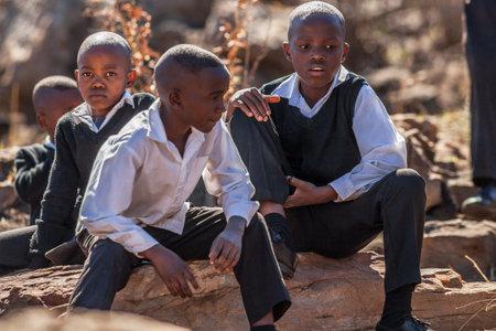 niños en la escuela: Reserva Blyde River Canyon Naturaleza, Sudáfrica - 22 de agosto 2014: los niños de Sudáfrica en uniforme escolar sonriendo.