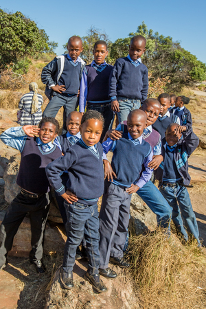uniforme escolar: Blyde River Canyon Nature Reserve, Sud�frica - el 22 de de agosto de 2014: los ni�os y ni�as sudafricanas ni�os que presentan en uniforme escolar sonriendo.
