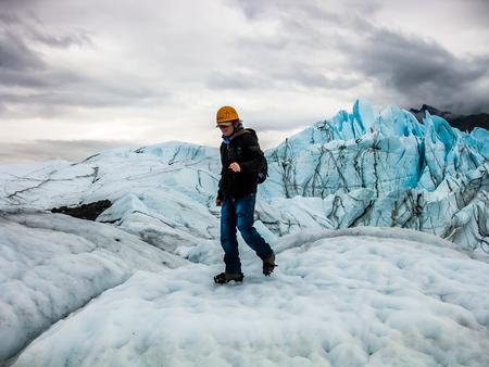 De sportieve mens maakt trekking op de Matanuska-Gletsjer, het Recreatiegebied van de Staat van de Matanuska-Gletsjer, Alaska, de VS