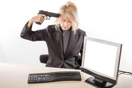 mujer con arma: Mujer de negocios suiciding con un arma en su oficina en su escritorio. con pantalla en blanco. Fondo blanco.