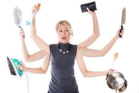 casalinga: Molto affollato casalinga multitasking su sfondo bianco. Concetto di supermom e superwoman.