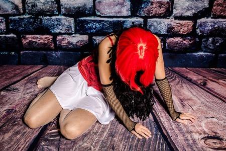 prostituta: Drogadicto mujer prostituta rompiendo abajo en el suelo.