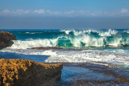 siervo: olas en Loch Ard Gorge, Port Campbell NP. La costa del naufragio de Victoria, a partir de Cabo Otway a Port Fairy, una distancia de aproximadamente 130 kilometros. Esta costa es accesible a trav�s de Great Ocean Road Foto de archivo