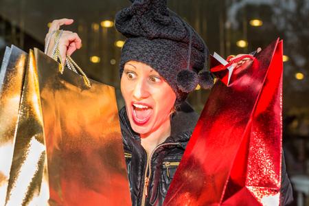 compras compulsivas: Retrato de una mujer compulsiva en p�nico despu�s de la venta de compras para la Navidad.