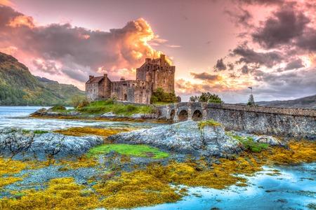 Eilean Donan Castle al tramonto, Dornie, Kyle of Lochalsh in Scozia, Regno Unito. È il castello più visitato, situato su un'isola alla confluenza di tre laghi mare.