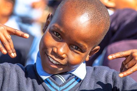 ni�os en el colegio: Reserva Blyde River Canyon Naturaleza, Sud�frica - 22 de agosto 2014: Retrato de un ni�o sudafricano sonriente en uniforme escolar.