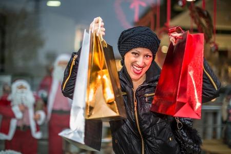 compras compulsivas: Retrato de una mujer feliz en el amor con ella de compras.