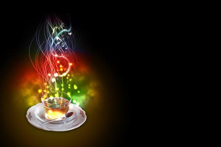 resplandor: Una taza de té de menta, que celebra el Año Nuevo en la explosión de fuegos artificiales de colores sobre fondo negro. copia espacio a la derecha