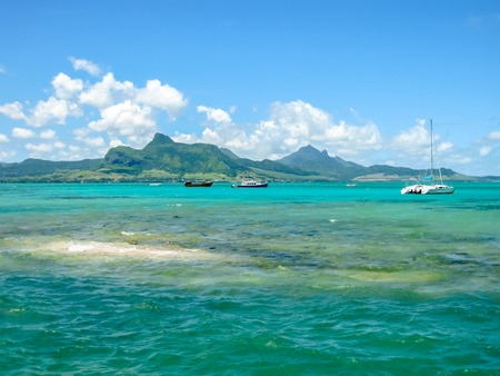 aux: The tropical and transparent waters around the Ile aux Aigrettes, a small coral island declared a nature conservation site, during a boat trip. Mauritius, Indian Ocean. Stock Photo