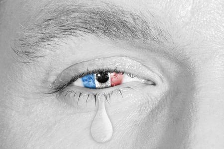ojos llorando: El llanto los ojos con el iris de la bandera de Francia en la cara en blanco y negro. concepto de tristeza por Francia dolor, la guerra y el ataque terrorista, la metáfora patriótico Foto de archivo