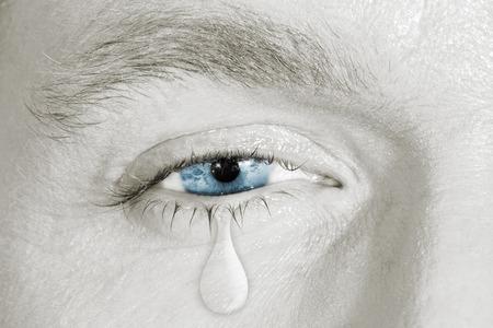 ojos llorando: Llorando ojo azul en la cara en blanco y negro. concepto de la tristeza, el miedo, dolores de amor, enfermedad mental, depresión, lavaojos y salud ocular