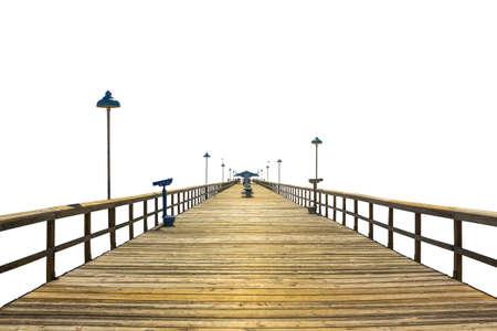 sencillez: Vista en perspectiva de un muelle de pesca de madera aislada sobre fondo blanco. Concepto de simplicidad, el propósito, la dirección y el infinito.